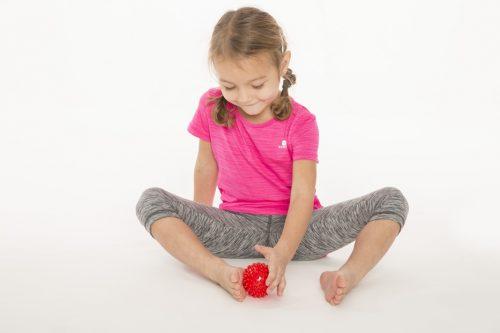 Sensoryczna piłka do rechabilitacji dzieci Tullo 6,6cm czerwona