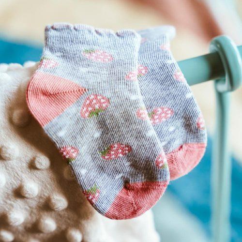 Skarpetki niemowlęce bawełniane rozm 17-19 wzór szary truskawka